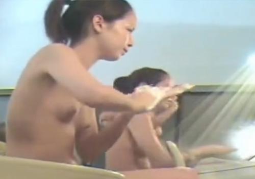 【洗い場盗撮動画】スーパー銭湯に女性撮り師が忍び込んでポニーテールの可愛いお姉さんを狙いますwww