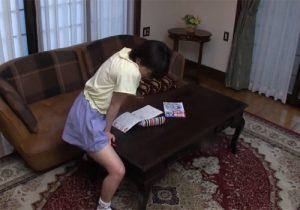 【家庭内盗撮動画】勉強中にムラムラしてリビングでオナニーするJC妹の姿がエッチ過ぎて困るwww
