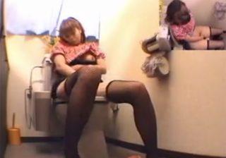 【オナニー盗撮動画】アパレルショップの激カワ店員が個室に篭って自慰行為する様子を記録したwww