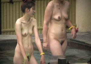【露天風呂盗撮動画】素人の貧乳お姉さんのスレンダー裸体に見惚れちゃう…隠し撮りするしかないwww
