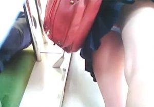 【JK電車内盗撮動画】現役の女子校生のパンチラ逆さ撮り…生々しい下半身とパンツがくっそエロいwww