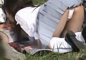 【野外フェラチオ盗撮動画】女子校生のフェラテク事情をこっそり撮影…彼氏の肉棒を一生懸命頬張ってるwww