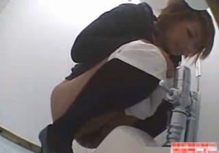 【トイレ盗撮動画】素人女性が恥ずかしい排泄姿を覗かれて慌てる…尿や便は止まらないwww