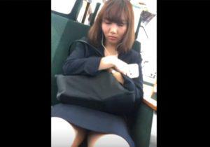 【電車内盗撮動画】対面に座るOLお姉さんがぐっすり居眠り…タイトスカート内のパンツをガン見するwww
