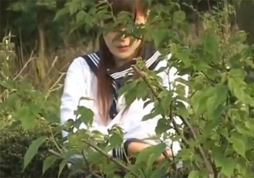 【JK野外盗撮動画】美少女が部室じゃなくて運動場の片隅で部活ユニフォームに着替える様子がエッチwww