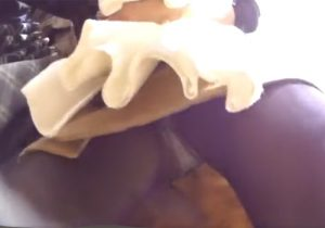【パンチラ盗撮動画】可愛いアパレル店員の黒パンスト越しの透けパンツを至近距離で激写www