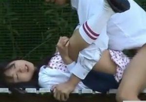 【野外セックス盗撮動画】校庭で激カワJKが彼氏の極太チンコをしゃぶり、制服のままで性行為www