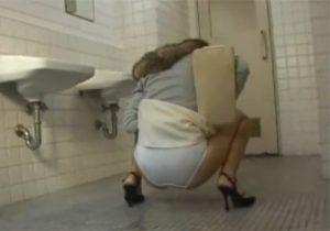 【トイレ盗撮動画】尿意を我慢してるお姉さんが個室に入る前にパンツ履いたままお漏らしするwww