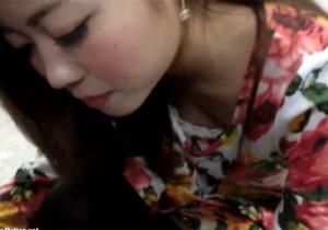 【素人盗撮動画】上品な美人アパレル店員のパンチラと胸チラをゲット…乳首まで見えるwww