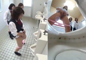 【JKトイレ盗撮動画】女子便所が清掃中で使えず男子便所で小便を撒き散らす女子校生たちwww