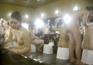 【銭湯盗撮動画】大浴場や脱衣所で素人女子達の素っ裸を撮影…胸のデカイ娘が多くて正直驚いたwww
