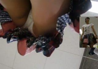 【パンチラ盗撮動画】買い物してるポニーテール少女の純白パンツを自然な感じで狙ってるwww