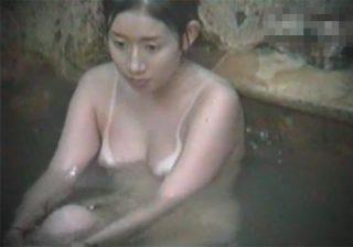 【露天風呂盗撮動画】海水浴に行った事が分かるくらい水着跡がエッチなお姉さんの巨乳を望遠レンズを使って見てあげたwww
