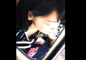 【胸チラ盗撮動画】電車の中で可愛い女子大生を発見…撮り師がおっぱいを撮ることを決意www